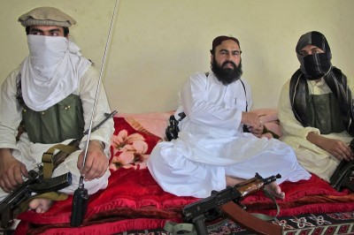 Deputy leader of the Pakistani Taliban Wali-ur Rehman (center) was killed along with five other militants by a US drone strike last week. (Photo from REUTERS)