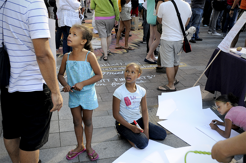 Children make signs at protest against the not-guilty verdict for George Zimmerman. (Photo by Sara Stogner)