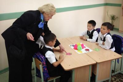 Councilmember Godden visit a first grade class at Tashkent School #28. (Photo by Jeff Godden)