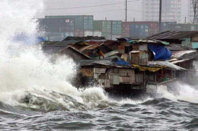 Squatter shanties along the sea wall of Manila endure big waves in Typhoon Morakot in 2009. (Photo by Ernie Penaredondo via Flickr)