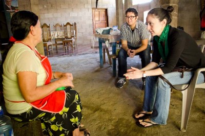 University of Washington graduate students Dacia Sáenz and Ursula Mosquiera converse with a community member about life during the armed conflict in Arcatao, El Salvador. (Photo by Alex Montalvo)