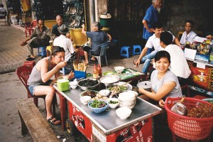 Backpacker enjoying street food at a curbside cafe in Haiphong. (Photo from Flickr by HRamirez)