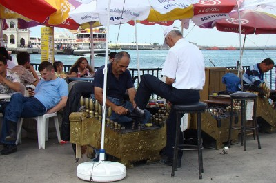 Most shoe shiners in Istanbul aren't out to get you, the legitimate ones often have a kit that is hard to pick up and carry around. (photo via Flickr user slipsthelead)