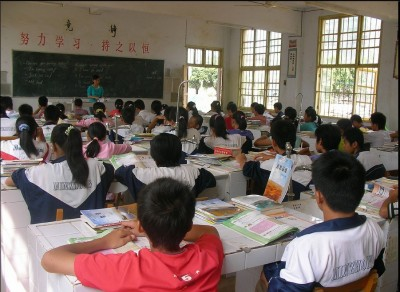 Middle School students in an English classroom in China. (Photo Courtesy of Pex Pe via Flickr.)