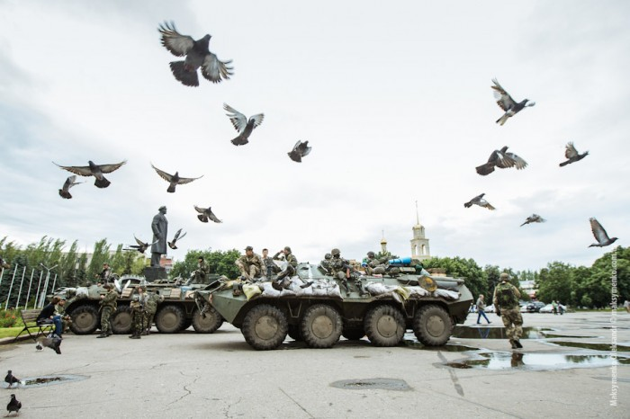 Ukrainian soldiers in the  city of Slovyansk this summer, anticipating an attack by Russian separatists. (Photo by Sasha Maksymenko)