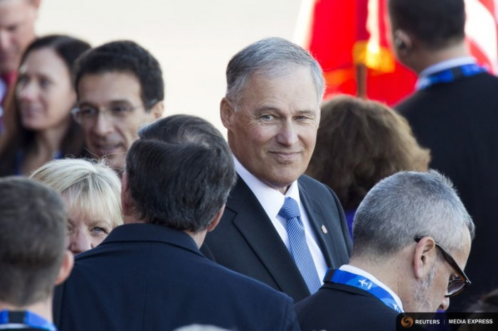 Washington Governor Jay Inslee waits to greet Chinese President Xi Jinping and First Lady Peng Liyuan at Paine Field in Everett, Washington, September 22, 2015. (Photo by David Ryder for Reuters.)
