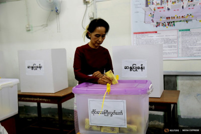Myanmar pro-democracy leader Aung San Suu Kyi casts her ballot during general elections in Yangon, November 8. (Photo from REUTERS)