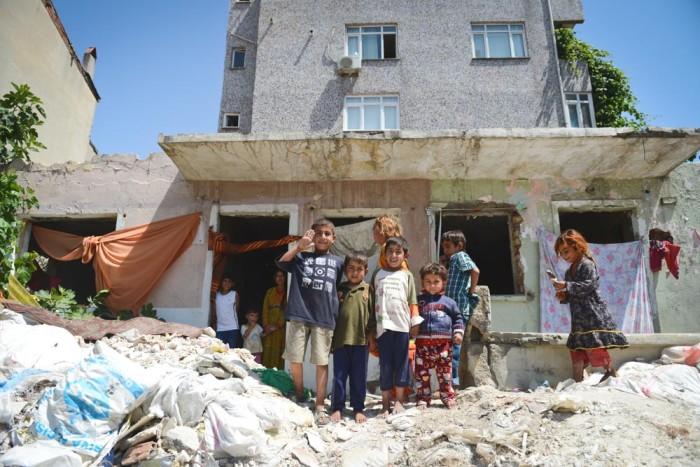 Refugees have taken up residents in semi-demolished houses in Istanbul's Fikirtepe neighborhood. (Photo by Levent Kulu)