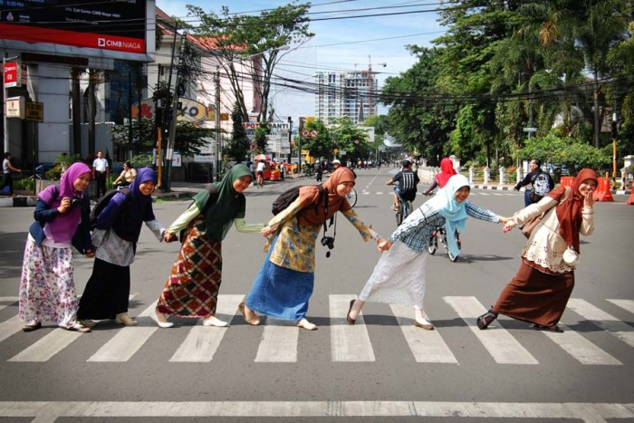 Hijabis cross the street during Car Free Day in Bandung, Indonesia. (Photo from Flickr by Ikhlasul Amal)