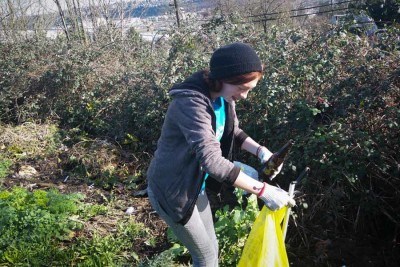 James Suggs picking up litter as part of the Duwamish Valley Youth Corps program. (Photo by Barbara Clabots)