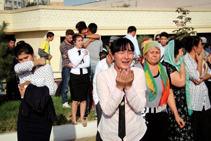 Citizens react as the mourning motorcade of President Karimov passes through Tashkent. (Photo from Reuters / Muhammadsharif Mamatkulov)